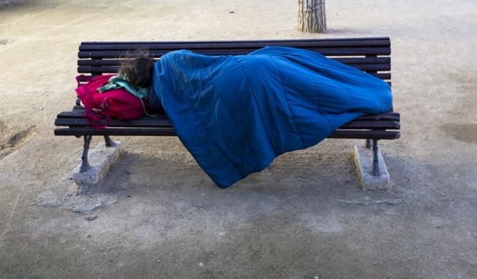 Imatge d'una persona sense llar dormint al carrer