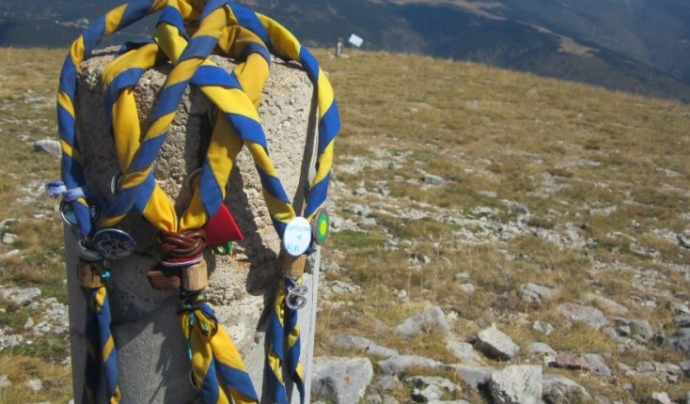 Fulards damunt d'una pedra al mig de la muntanya