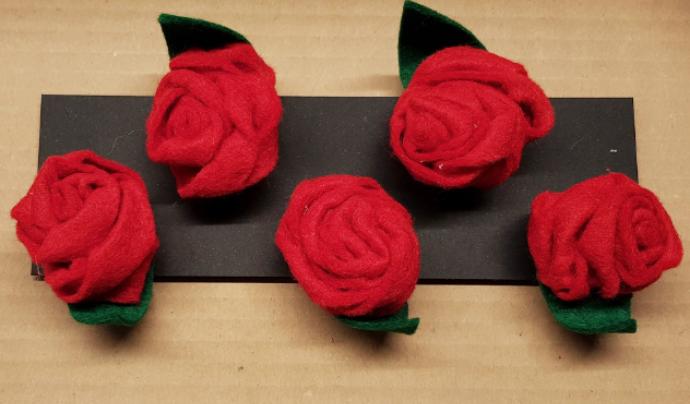 Roses de feltre amb agulla i pinça fetes a l'espai La Troballa de la Fundació Arrels. Font: Fundació Arrels