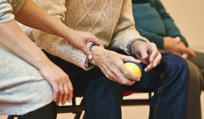 1.766 voluntaris i voluntàries donen suport als programes d'atenció a gent gran de la Creu Roja.
