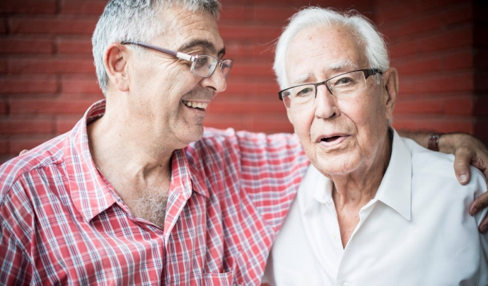 Home de mitjana edat abraçant a un padrí