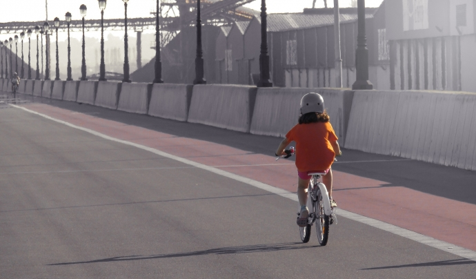 Una nena pedalant. Font: Vane Monte (Pixabay)