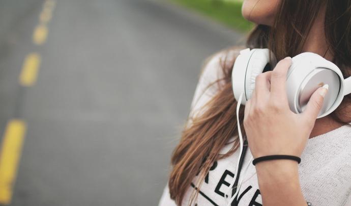 Una noia escolta música mentre camina per una carretera. Font: Foundry Co (Pixabay)