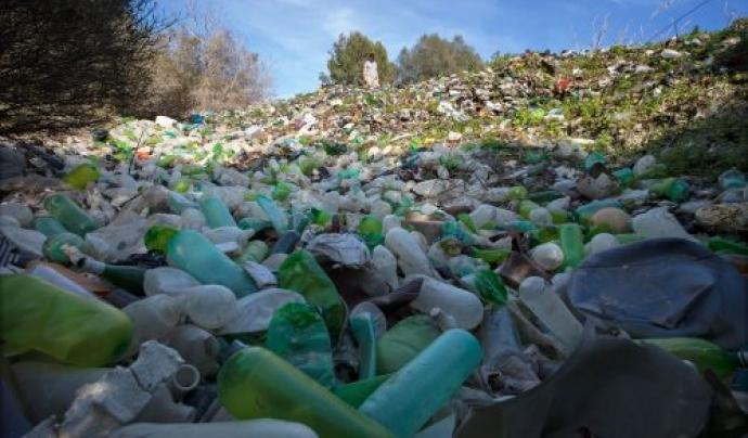 Només en mars i oceans, es calcula que cada any s'acumulen 12 milions de tones de residus.  Font: Greenpeace