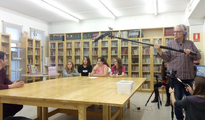 Fent una entrevista en un institut Font: Fundació Oreneta