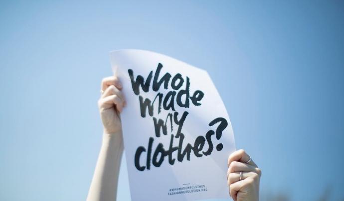 La Fashion Revolution week anima els i les consumidores a indagar qui i en quines condicions ha fet la seva roba. Font: Fashion Revolution