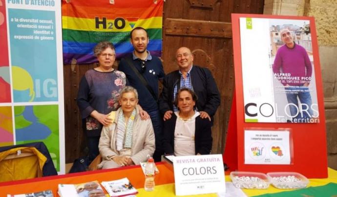 Membres d'H2O en una paradeta de Sant Jordi amb la revista que editen, 'Colors' Font: H2O