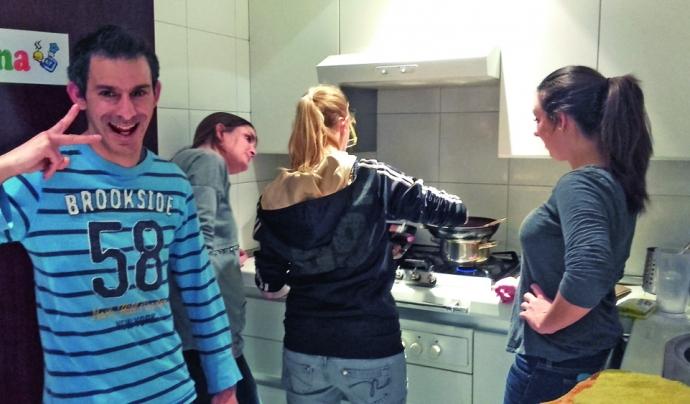 Joves residents en un dels pisos d'acollida d'Acidh.