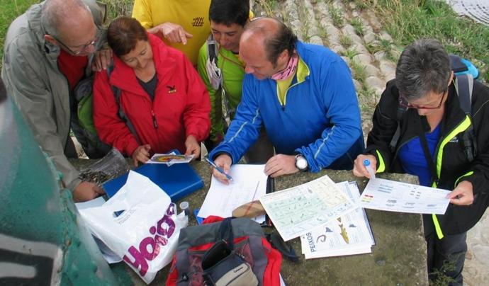 El grup de voluntariat del Centre Excursionista El Cim, recollint les dades de la inspecció del riu Ripoll (imatge: Associació Hàbitats)