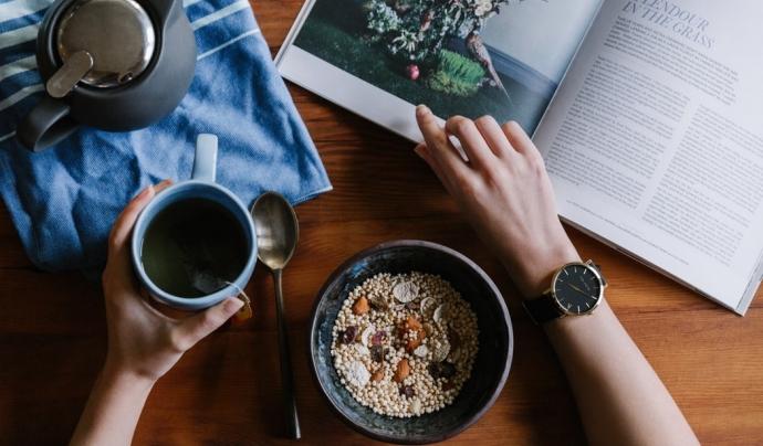 Assignar un horari a cada activitat durant el dia i generar uns hàbits ajudarà a evitar problemes de salut mental. Font: Unsplash. Font: Font: Unsplash.