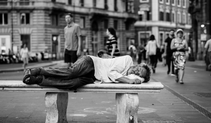 Una persona que ha viscut al ras a Barcelona viu una mitjana de 20 anys menys que qualsevol altre veí o veïna de la ciutat. Font: Unsplash. Font: Font: Unsplash.