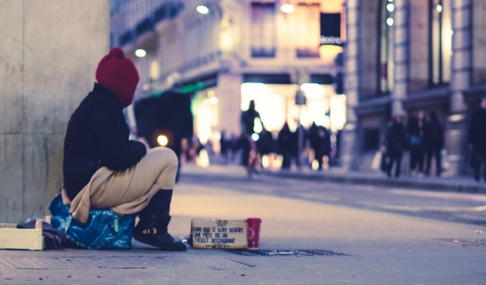 Viure al carrer deteriora la salut perquè la persona està exposada a molts riscos i ha d'afrontar dia a dia la por, la inseguretat i la manca de descans. Font: Unsplash. Font: Font: Unsplash.