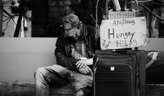 Les persones que viuen al carrer no tenen una alimentació sana, el que provoca que no tingun un bon estat de salut. Font: Unsplash. Font: Font: Unsplash.