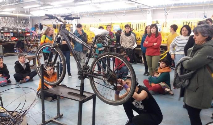 Taller de dones sobre mecànica de bicicletes a Biciclot. Font: Biciclot