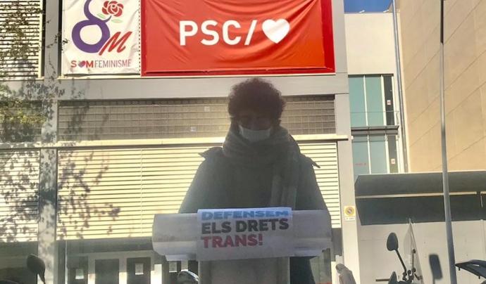 Àuria Soriano, representant de les entitats, durant la roda de premsa davant la seu nacional del PSC en denuncia dels discursos transfòbics. Font: Crida LGBTI