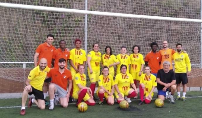 Foto de família del projecte de futbol femení de l'Associació Esportiva Ramassà. Font: AE Ramassà