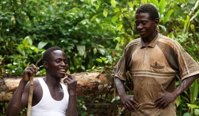 Dos homes que treballen a les mines de coltan