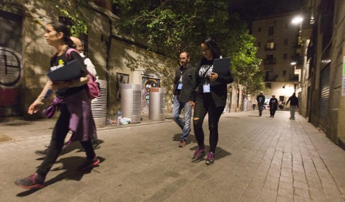 Voluntariat caminant pels carrers de Barcelona durant la nit i enquestant persones que viuen al ras.