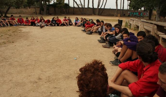 Adolescents participants a la trobada fent una activitat de debat