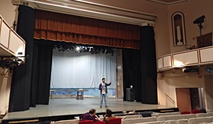 El teatre del Foment Hortenc, durant l'entrevista, en plena activitat d'assaigs. Font: Oriol Jordan
