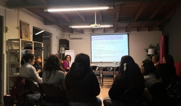 Joves de PREN-los participant en el mòdul sobre violències masclistes, impartit per Gemma Altell. Font: Pren-los