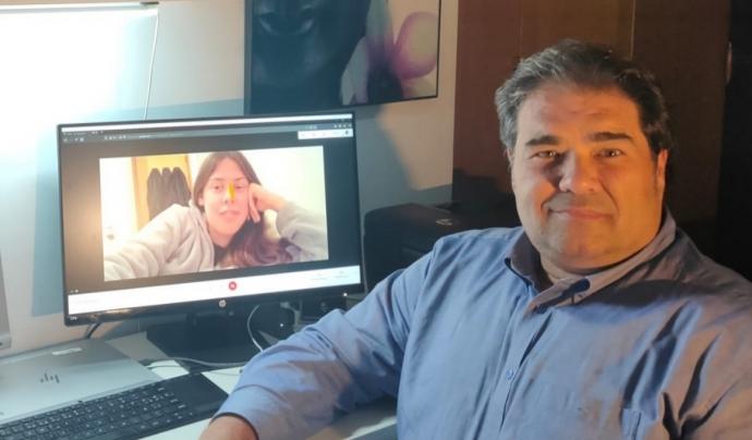 El Lluís Sayol, mentor del programa de Mentoria de la Fundació Impulsa, durant una videoconferència amb la jove que acompanya. Font: Lluís Sayol