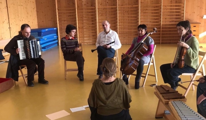 El llibre inclou la possibilitat d'escoltar tres peces creades durant els dos darrers cursos i enregistrar a un estudi de gravació. Font: ARTransforma