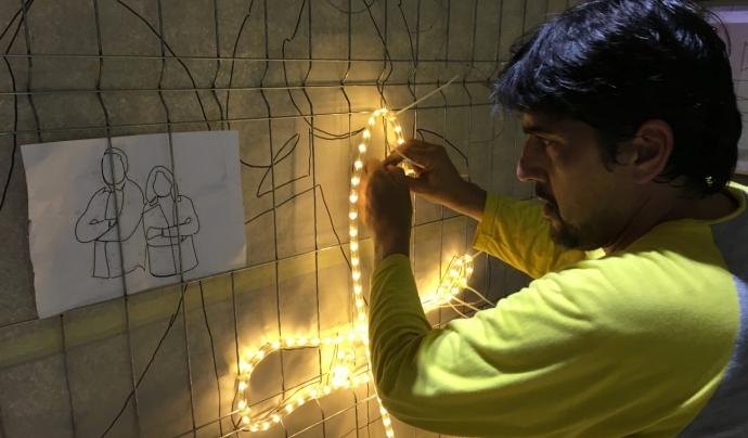 Creant les lluminàries de Nadal, al projecte #RavalKm0