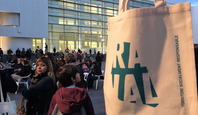 Bossa #RavalKm0 a davant del MACBA. Font: Projecte #RavalKm0