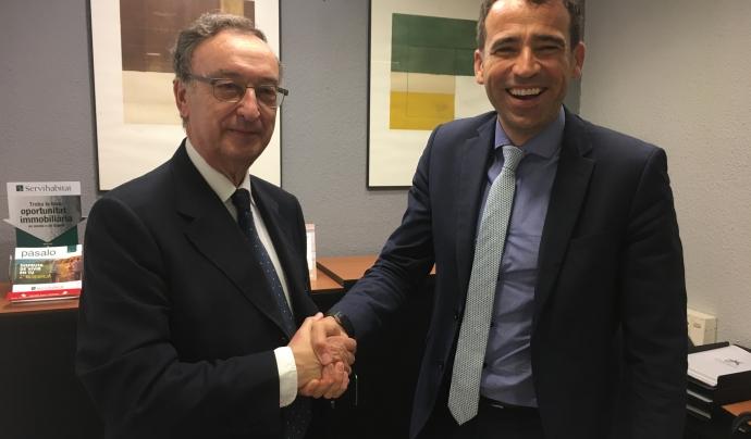 Julio Molinario (a l'esquerra), president de l'IRD, en el moment de la signatura del conveni de col·laboració amb el director territorial Garraf de CaixaBank, Oscar Diaz. Font: David López