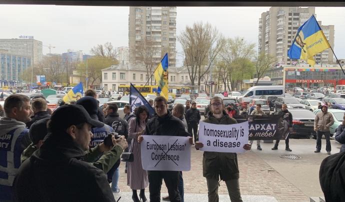 Membres d'ultradreta manifestant-se davant la porta de l'hotel on va tenir lloc la conferència. Font: IdemTV