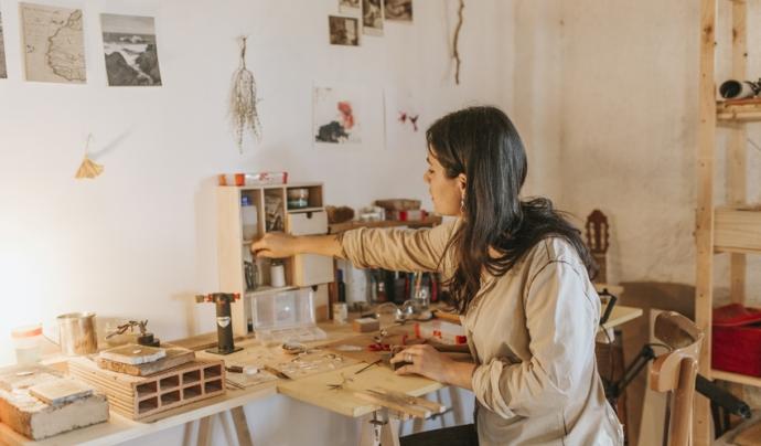 Carla Bellera, sòcia de la cooperativa Territori de Masies, al seu taller. Font: Territori de Masies