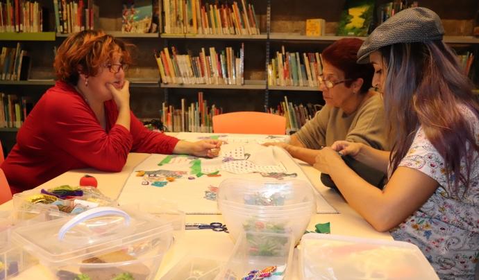 La Biblioteca de Sant Pau Santa Creu acull setmanalment el taller 'Coser y contar' Font: Marta Rius