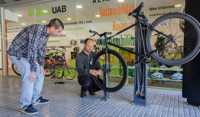 Taller de reparació de bicicletes a l'estació de ferrocarrils