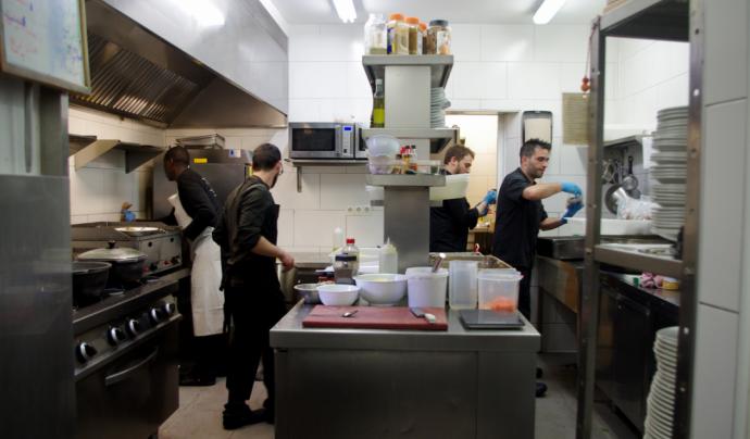 Diverses persones treballant en la cuina d'un restaurant cooperatiu