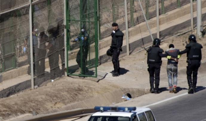 Persones immigrants entran al CIE de la Zona Franca de Barcelona. Font: El Público