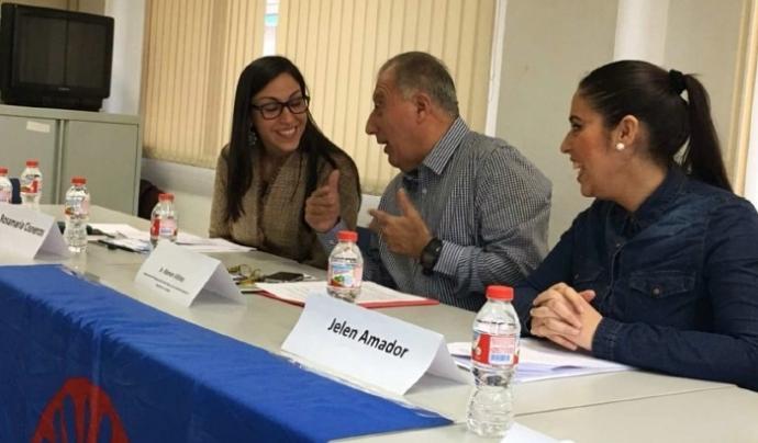 Jelen Amador, a la dreta, en una de les reunions de l'associació