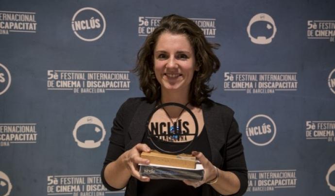 La directora Loes Janssen s'endú un dels premis de l'edició 2017 Font: Festival Inclús