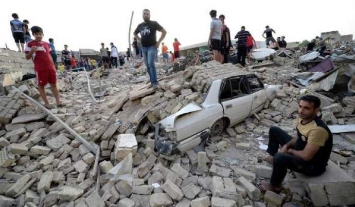 Persones esperen sobre les runes que ha causat una explosió a Bagdad. Font: Ahmed Ali/EFE