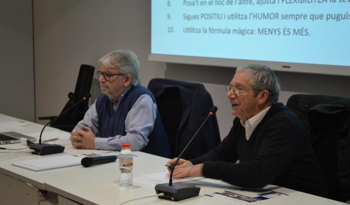El psicòleg i president de 6tma, Jaume Martí, a l'esquerra, amb l'actor Joan Pera, en una formació. Font: 6tma Associació. Font: 6tma Associació