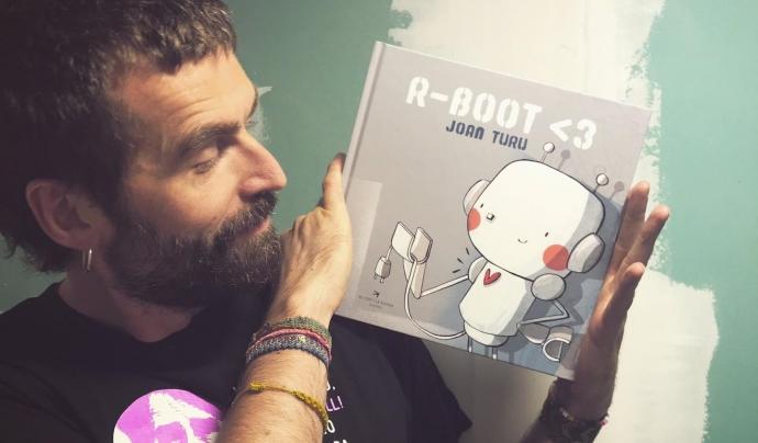 En Joan Turu acaba de presentar el seu llibre R-boot <3, una de les recomanacions de la llibreria El Genet Blau de Lleida. Font: Joan Turu