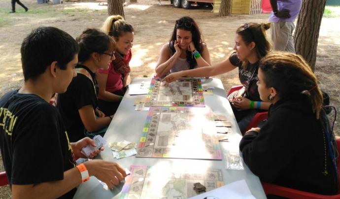 Un grup de joves jugant al joc de taula 'Fronteres invisibles' creat per l'AEiG Rudyard Kipling