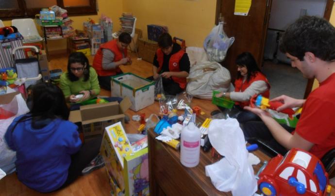 Voluntaris de Creu Roja Joventut de Lleida classificant joguines