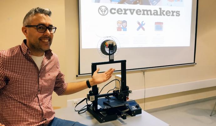 Jordi Muncunill al costat d'una impressora 3D