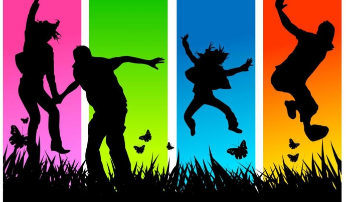 Joves saltant en un fons de colors Font: