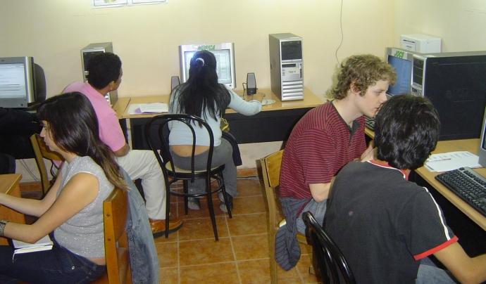 Joves fent servir els ordinadores en un telecentre
