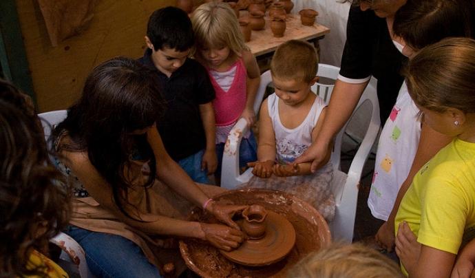 Nens i nenes participant en un taller d'artesania. Autor: Juan Carlos, font: Flickr Font: