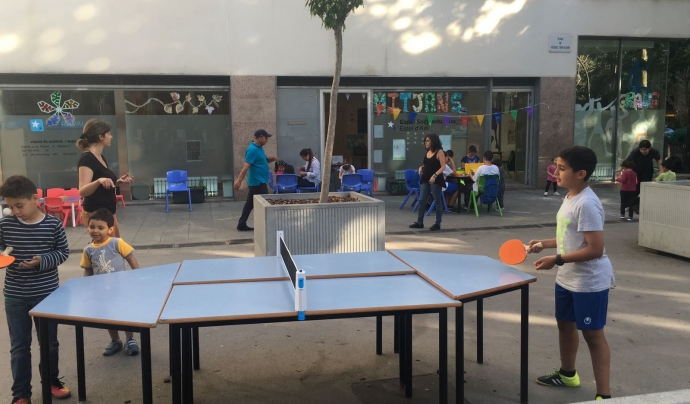 Jugant a tenis de taula Font: Juguem al carrer