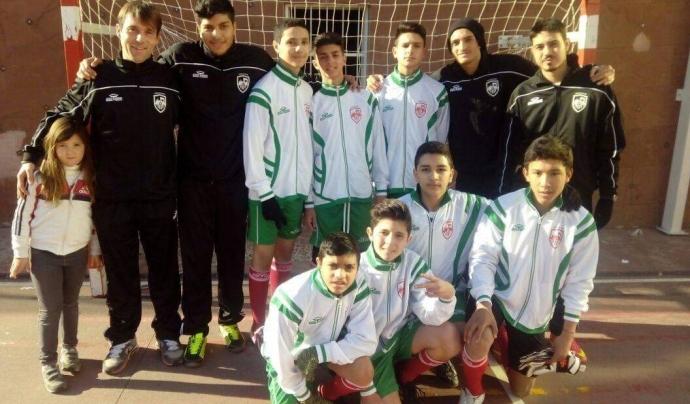 L'entitat treballa en un parell d'escoles de futbol, al barri de Sant Roc i La Mina, tant de nois com de noies. Font: Kali Zor. Font: Font: Kali Zor.