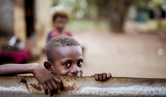 L'enllaç solidari lluita contra per garantir una bona nutrició dels infants. Font: Unsplash.
